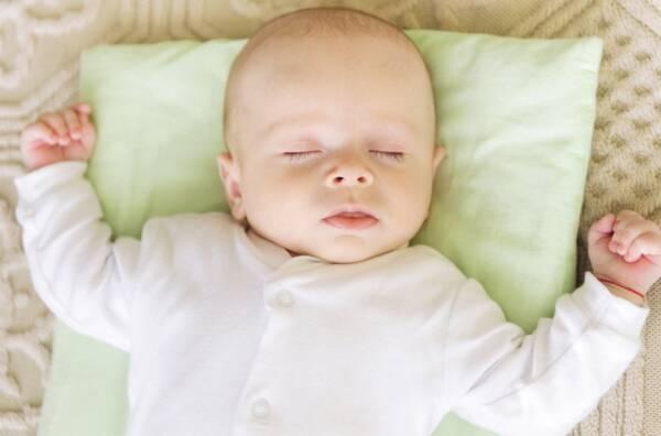 bebe dormir con almohada