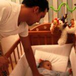 como hacer que un bebe duerma en su cuna